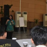 Myrna Safitri, BRG Indonesia,menyampaikan materi kepada fasilitator Desa peduli Gambut di Jakarta
