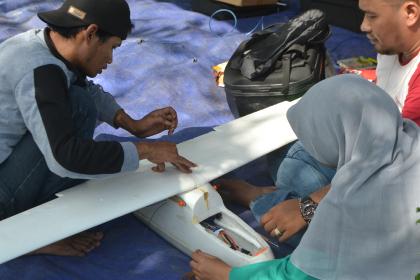 Tim Mekanik sedang memperbaiki pesawat