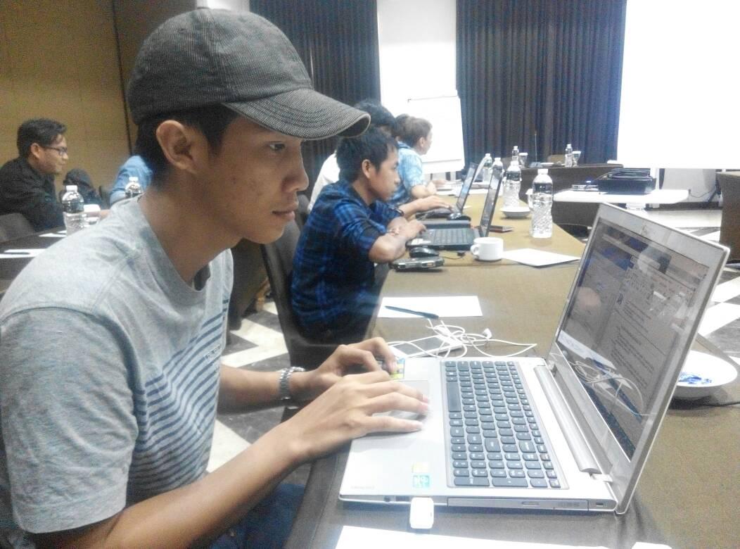 peserta pelatihan sedang menginput data melalui portal tanahkita.id