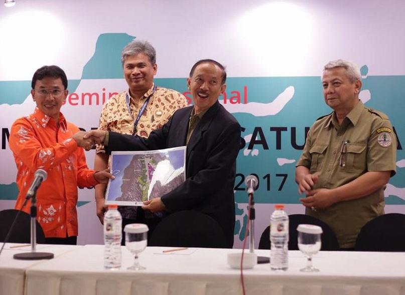 Bupati Sigi, Irwan Lapatta, menyerahkan peta usulan objek TORA kepada Dirjen PSKL, Hadi Daryanto di Hotel Ibis, Jakarta, Selasa (3_10)