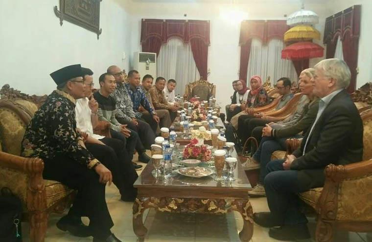 Plt. Bupati Tanggamus, Samsul Hadi, menerima kunjungan dari Netherland Kadastral untukmembahas rencana program percepatan pendaftaran tanah berbasis pemetaan partisipatif, pada Kamis, 9_11_2017