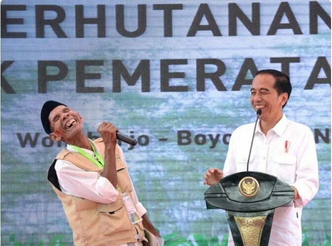 Presidin Joko widodo berbincang dengan salah seorang petani penerima IPHPS di Boyolali, Jateng