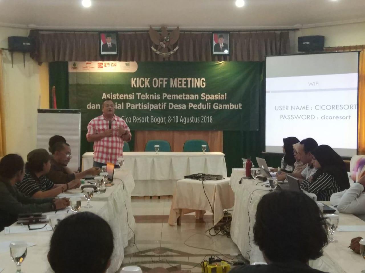 Deny Rahdian, Kornas JKPP saat membuka Kick Off Meeting Asistensi Teknis pemetaan spasial dan sosial Partisipatif Desa Peduli Gambut (8/8)