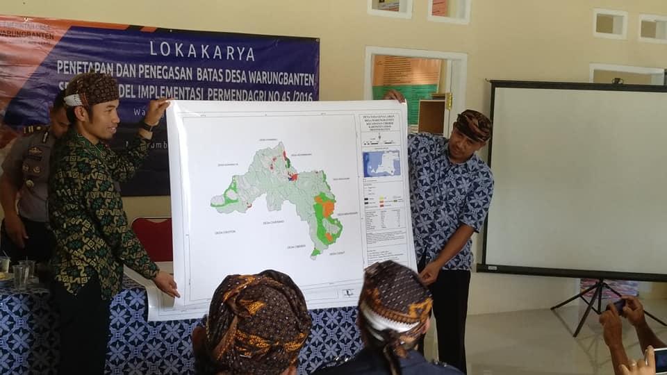 Kepala Desa Warungbanten, Jaro Ruhandi menunjukan Peta Perencanaan Desa Hasil PemetaanPartisipatif (16/11/2018)