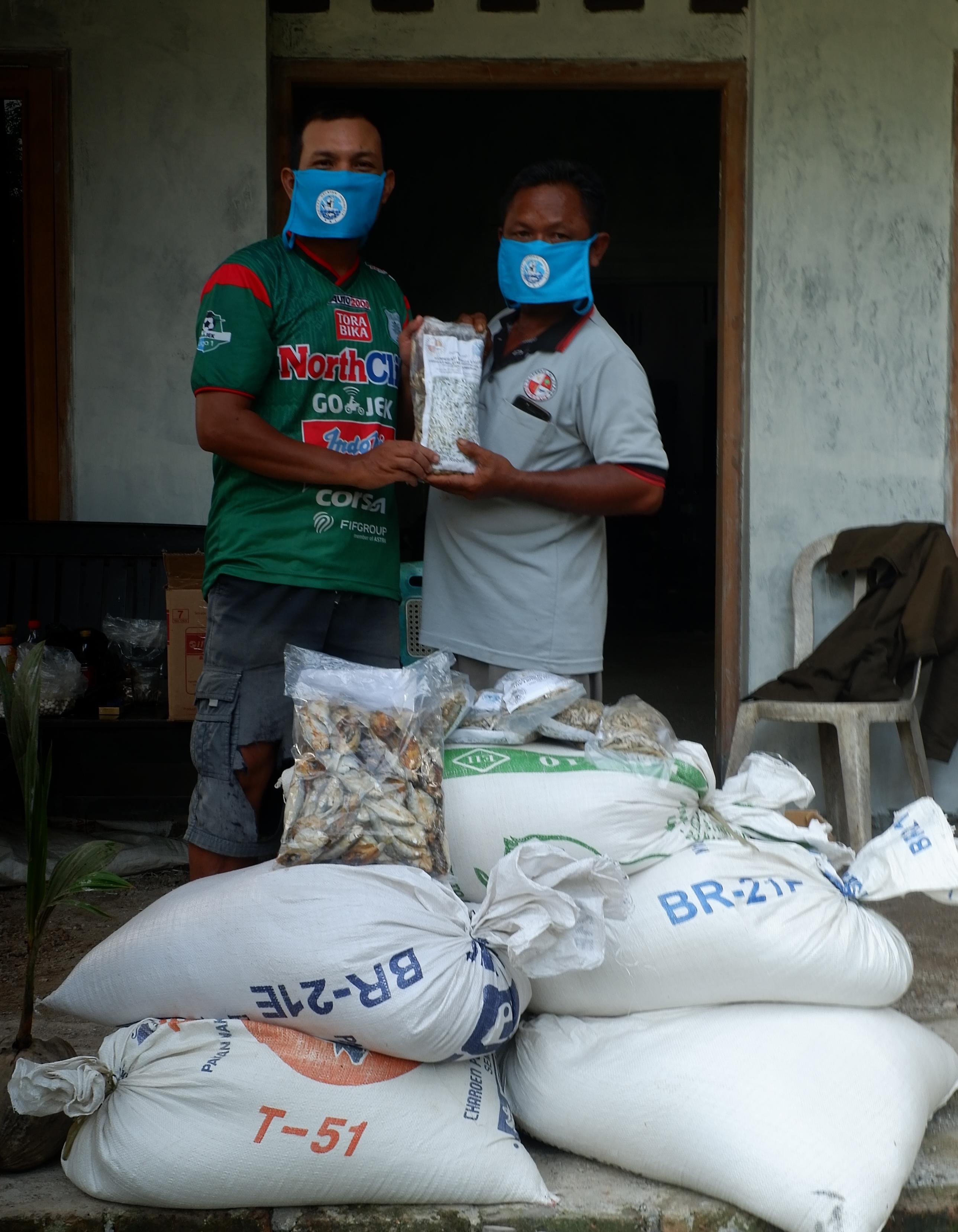Rusoni dan Aruzy saat melakukan tukar menukar bahan pangan pada Kamis (7/5/2020) di Desa Tenajar, Kertasemaya, Indramayu