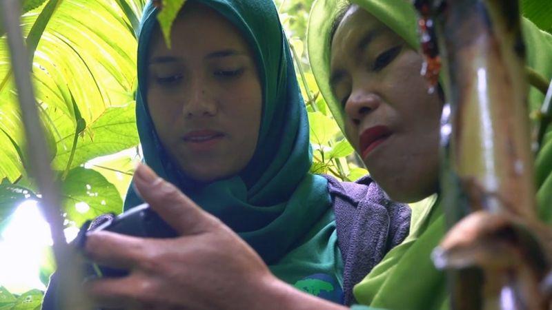masdalina jilbab hijau sedang cek koordinat menggunakan gps_BBC